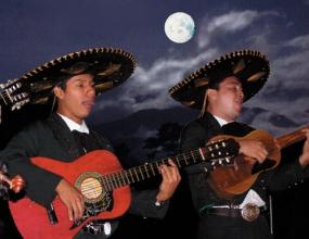 Dos mariachis cantan bajo la luna de Morelia