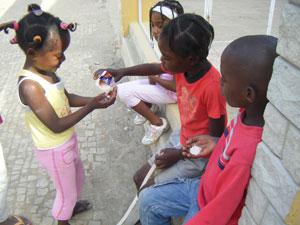 Unos niños ilusionados con su primer yogurt