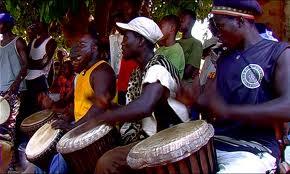 Una gente de Burkina se afana en una batucada