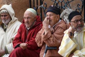 Cuatro parroquianos pasan la tarde en Chaouen