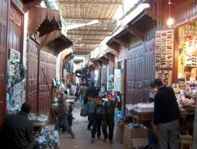 Una sombreada callejuela en el centro de Fez