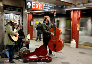 Un grupo toca en el 'subway' neoyorquino