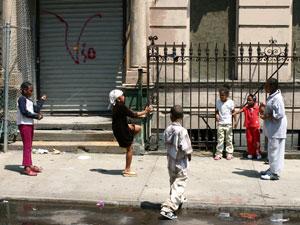 Unos niños juegan en una calle de Harlem