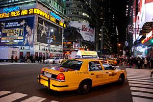 Un taxi neoyorkino en su paso por Time Square
