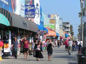 Una avenida muy comercial en la soleada Venice Beach