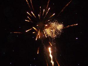 Los fuegos artificiales cubren el cielo de Margarita