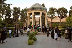 La tumba de Hafiz suele estar rodeada de peregrinos