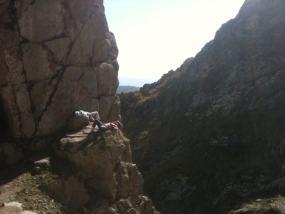 Dos jóvenes echan la siesta sobre una piedra