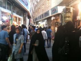 Una de las concurridas calles del gran bazar de Teherán