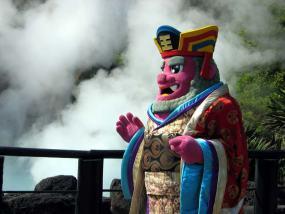 La bruma se dibuja tras una figura propia de Beppu