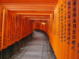 Uno de los pasadizo de 'toriis' en Fushimi Inari