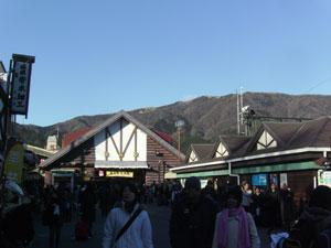 Cientos de turistas rebosan en la pequeña Gora