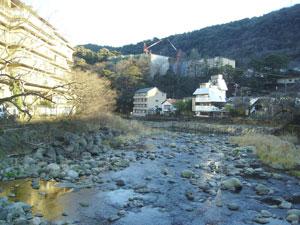 Un arroyo atraviesa la localidad de Hakone Yumoto