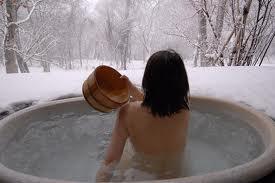 Imagen idílica de un onsen en un paraje helado