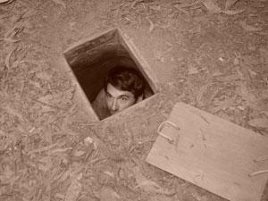 Un turista se asoma por un viejo escondite vietnamita