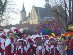 Un grupo desfila con San Viktor Kirche al fondo