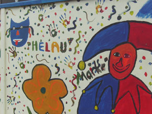 En una pintura se puede leer Helau, el saludo del carnaval
