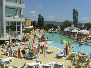 Uno de los muchos hoteles de Sunny Beach lleno de veraneantes