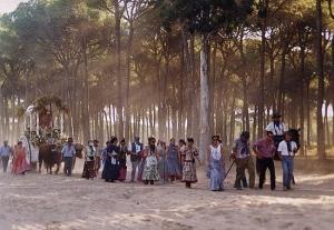 Un grupo de peregrinos custodia su Simpecado