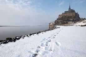 El Mont Saint Michel se dibuja en un paisaje nevado