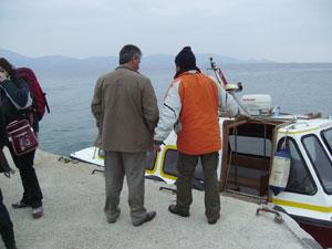 Una lancha-taxi con Hidra al fondo