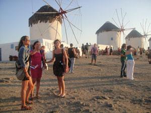 Los turistas se agolpan para ver los molinos de viento en Mikonos