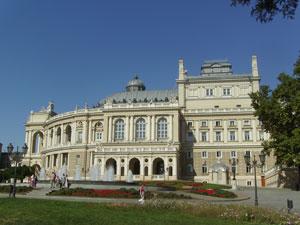 El teatro de la ópera y ballet con su estilo neobarroco