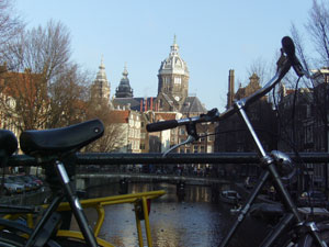 Las bicicletas y canales crean el paisaje de Ámsterdam