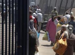 La frontera es un continuo paso de gentes con bultos