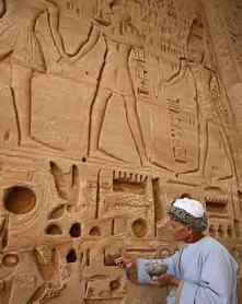 Un restaurador en Medinet Habu