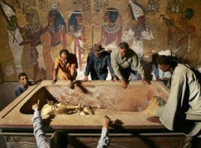 La tumba de Tutankamón, repleta de arqueólogos