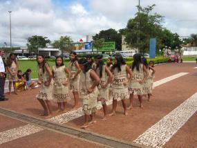 Un grupo de chicas guaraníes, en un acto reivindicativo