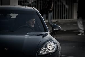 Un elegante Porsche negro con un conductor al volante