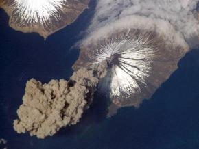 Brutal imagen cenital de un volcán en erupción
