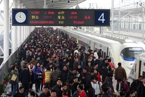 Cientos de pasajeros se agolpan para subir al CRH