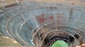 Así luce el cráter de la mina que da entrada a la ciudad