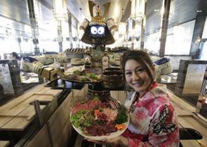 El robot camarero es la gran atracción del Hajime