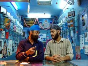 Dos indios dialogan en una tienda de informática