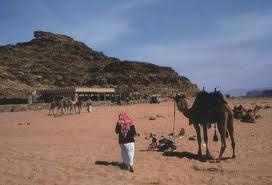 Un jordano se da su clásico paseo con camello en Wadi Rum