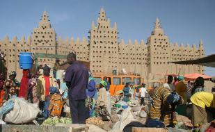 El bullicio del mercado junto a la gran mezquita