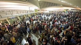 Los pasajeros se agolpan en una terminal española