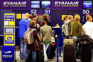 Algunos pasajeros pasan el equipaje por facturación