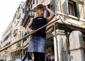 Giorgia Boscolo posa sonriente en una góndola