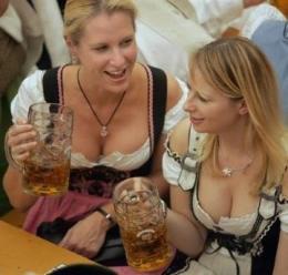Dos ciudadanas bien dotadas beben cerveza