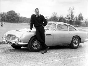 El gran Sean Connery posa con el Aston Martin