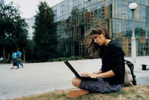 Una ciudadana utiliza su ordenador portátil en la calle
