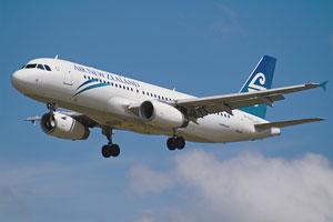 Un avión muestra su color blanco en pleno vuelo