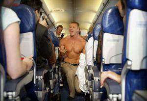 Un tipo muy forzudo se luce dentro de un avión