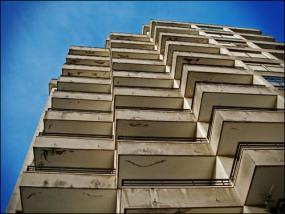 Un bloque de pisos de estilo muy setentero