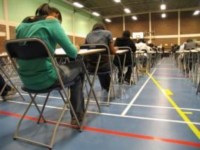 Momento de máxima tensión en un aula de examen